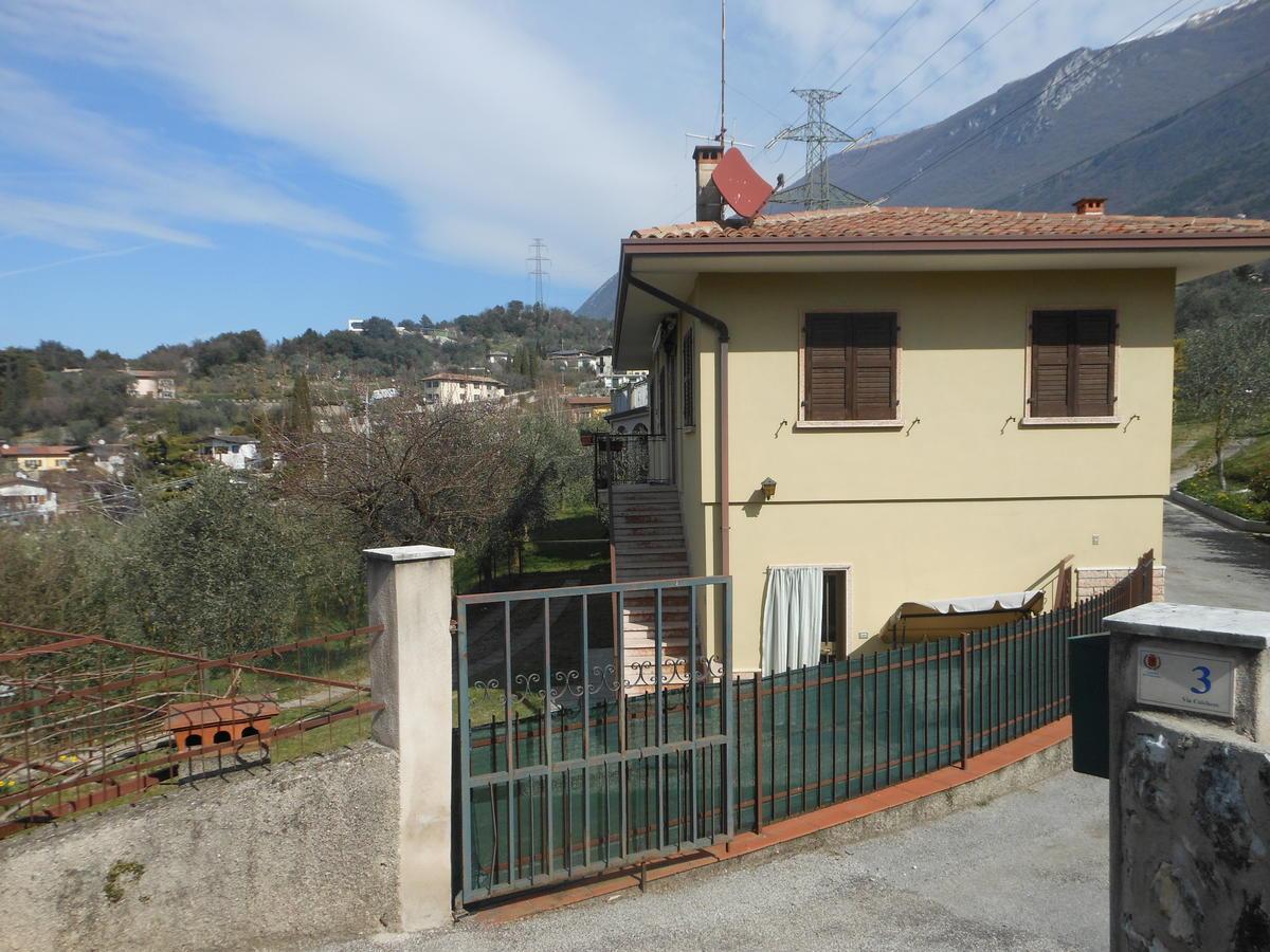 Casa indipendente casa indipendente con terreno ad ulivi for Casa con avvolgente portico in vendita